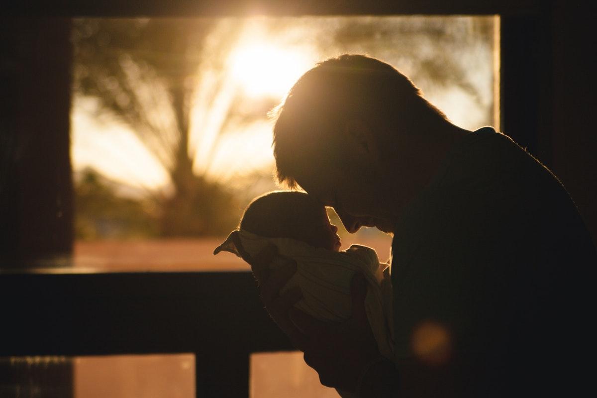Jangan Khawatir 'Bau Tangan', Karena Menggendong Baik Untuk Perkembangan Otak Bayi