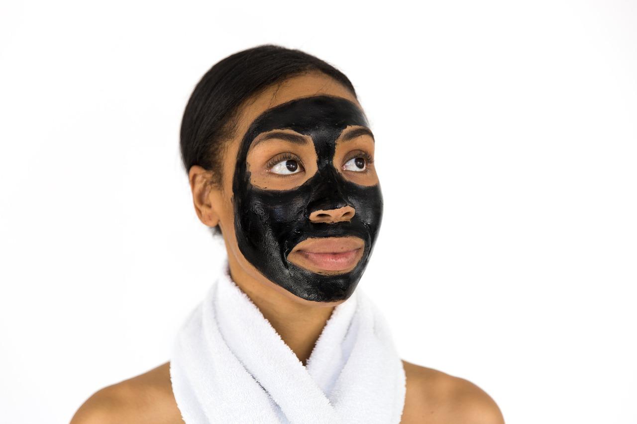 Masker Charcoal, Si Hitam yang Kaya Manfaat
