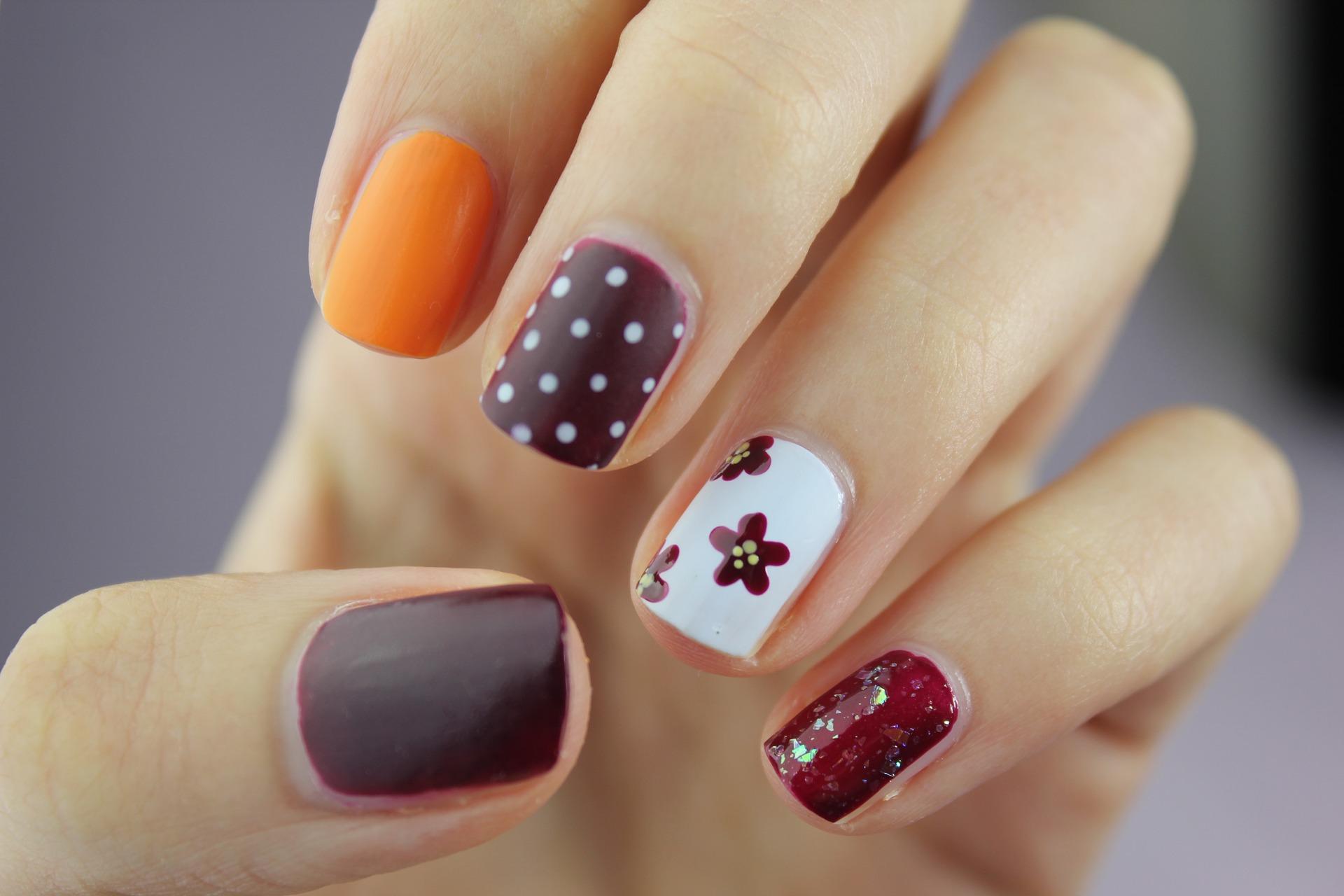 Kuku Cantik dengan Kreasi Tonal Nails