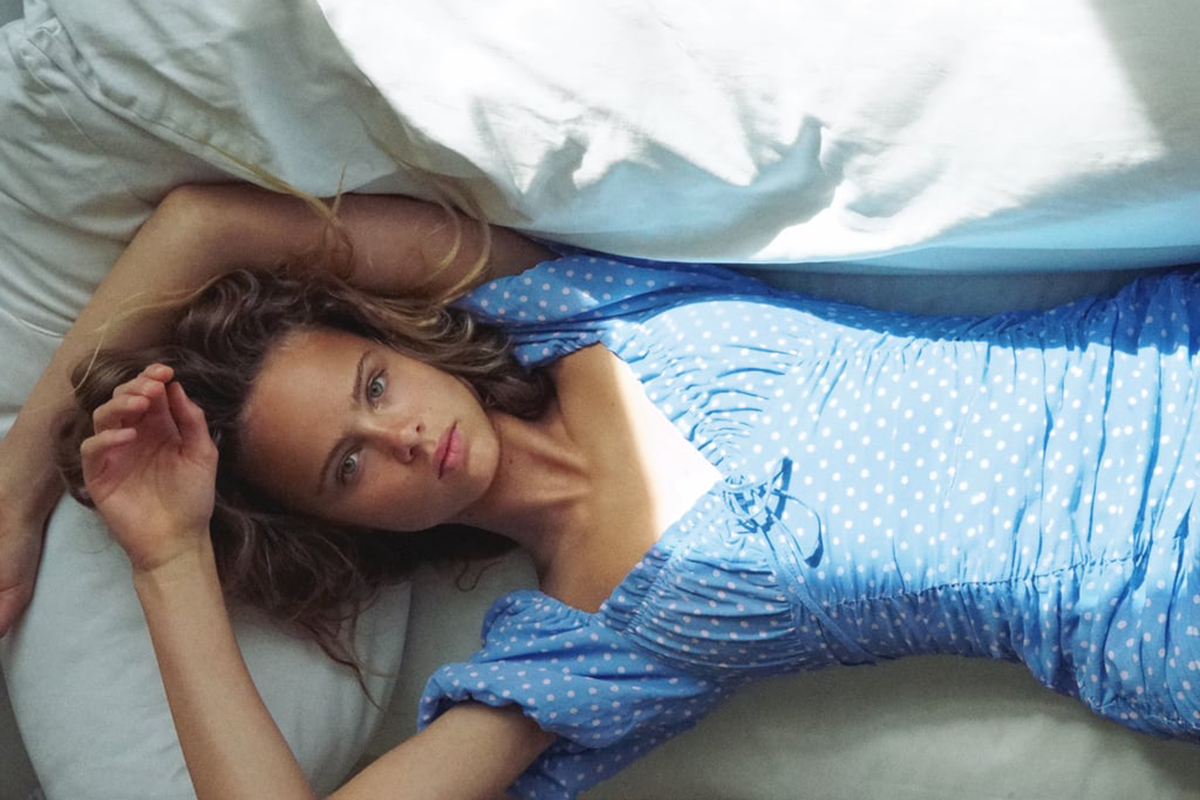 Model Zara Melakukan Pemotretan Koleksi Spring #DiRumahAja