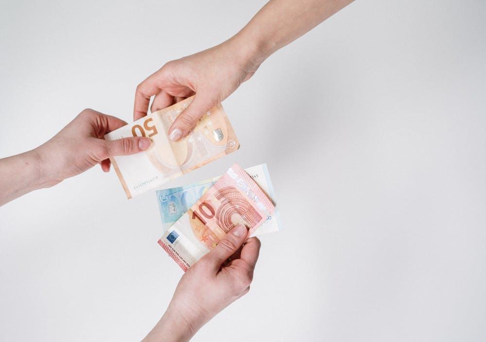 Mengapa Pasangan Kerap Bertengkar Karena Uang?