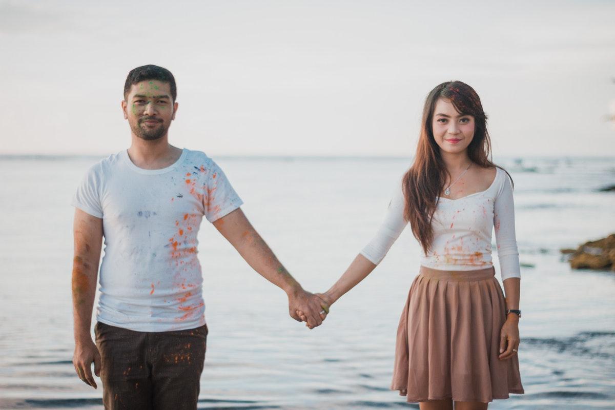 Sedang Merasa Jauh Dari Pasangan? 7 Cara Ini Bisa Bikin Lengket Kembali
