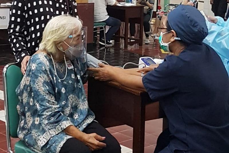 Vaksinasi untuk Lansia di Sentra Vaksinasi Serviam 2021